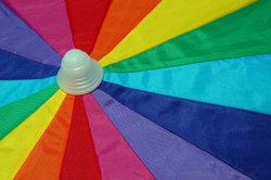 Verschönern Sie Ihren Regenschirm mit Stoffmalfarbe.