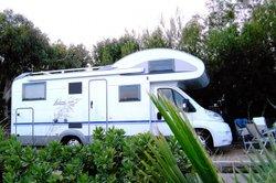 Dieses Campingfahrzeug bietet ausreichend Platz.