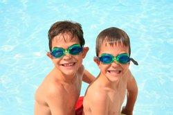 Üben Sie mit Ihrem Kind regelmäßig das Schwimmen.
