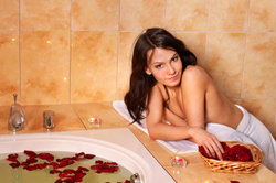 Eine Eckbadewanne schafft ein stilvolles Ambiente.