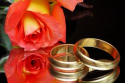 Zwischen Verlobungsring und Ehering bestehen Unterschiede.