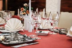 Schön gefaltete Servietten werten jede Tischdeko auf.