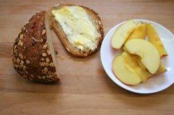 Geriebene Äpfel machen das vegane Brot besonders saftig.