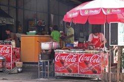 Auch ein Verkäufer bietet neben der Ware eine Dienstleistung an - den Verkauf an sich.