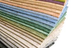 Durch einen dicken PVC-Belag drücken sich weniger Stukturen durch.