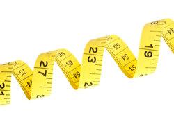 Ein Maßband gibt es häufig als Zoll- und als Zentimeter-Variante.