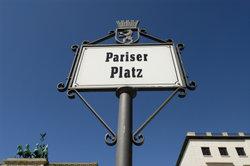 Der Pariser Platz befindet sich vor dem Brandenburger Tor.