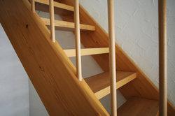 Eine Treppe verbindet mehrere Etagen.