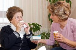 Bei Schnupfen helfen Nasenspülungen.