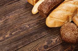 Semmelknödel können aus altbackenen Brötchen gemacht werden.