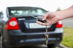 Bevor Sie mit Ihrem neuen Auto losfahren, benötigen Sie ein Nummernschild.