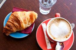 Zu einem herrlichen Kaffee passt ein Crossaint.