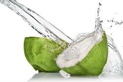 Mischen Sie leckere Cocktails mit Kokoswasser.