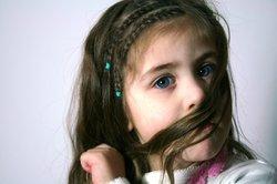 Ziehen Sie mit Silbershampoo den Rotstich aus den Haaren.