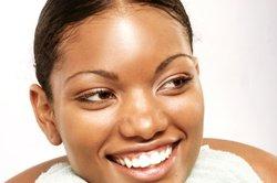 Ein gutes Make-up für dunkle Haut zu finden ist nicht leicht.