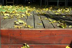Regelmäßige Reinigung und Pflege schützt die Holzterrasse vor Vergrauen.
