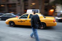 Personen mit dem eigenen Taxi befördern.
