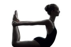 Auch bei Kindern stärkt Yoga den Rücken.