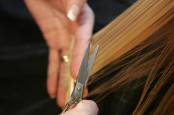 Schneiden Sie regelmäßig Ihre Spitzen und Ihr Haar bleibt länger gesund.