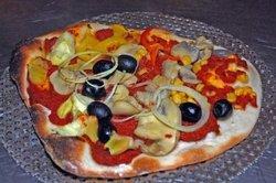 Köstliche Pizza können Sie aus Quark-Öl-Teig herstellen.