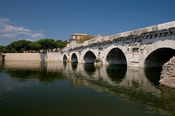 Auf der Tiberius-Brücke Rimini genießen