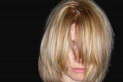 Haare lassen sich mit einer schonenden Blondierwäsche aufhellen.