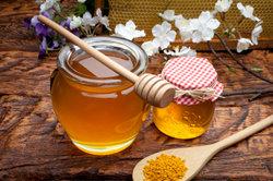 Ein Saft aus Honig und Zwiebeln kann bei Erkältungen hilfreich sein.