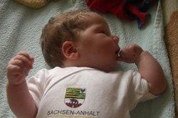 Mit 13 Wochen kann ein Baby sein Köpfchen schon gut halten.