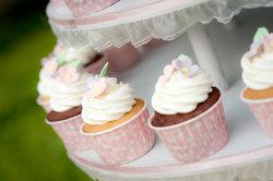 Dekorieren Sie Ihre süßen Cupcakes mit Sahne.