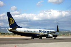 Mit einer Maschine der Ryanair reisen.