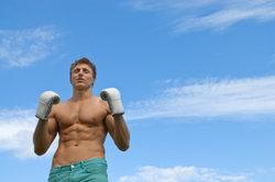 Mit regelmäßigen Crunches sieht Ihr Bauch auch bald so aus.