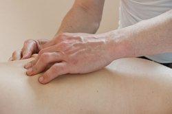 Eine Massage entspannt und lockert die Muskeln.