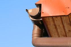 Dachrinnen gibt es in verschiedenen Materialien.