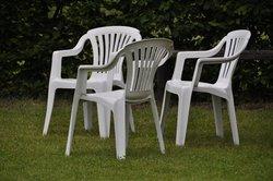 Weiße Plastikmöbel sehen selten ansehnlich aus.