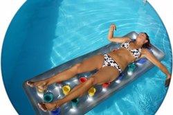 Eine Luftmatratze schaukelt sanft im Wasser.
