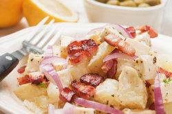 Frankfurter Kartoffelsalat enthält geröstete Speckstückchen.