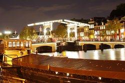 """Die """"Magere Brug"""" abends in Amsterdam"""