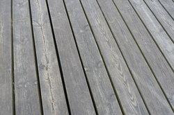 Befestigen Sie Terrassendielen aus Holz immer mit Edelstahlschrauben.