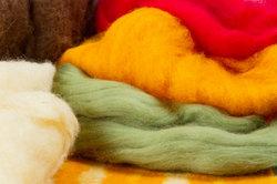Aus der geeigneten Wolle lassen sich schöne Eierwärmer filzen.