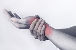 Bei Schmerzen im Handgelenk hilft Tapen.