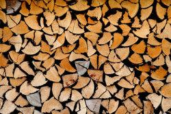Mit der richtigen Brennholzlagerung wird Feuchtigkeit vermieden.