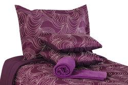 Mit Tagesdecke und passenden Kissen wird aus dem Bett ein Lümmelsofa.