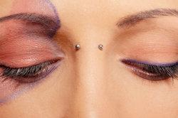 Pflegen Sie Ihr Surface-Piercing richtig.