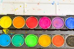 Selbst mit Wasserfarbe können Sie Gips einfärben.