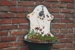 Salpeter in alten Mauern.