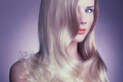 Eine Frau mit blonden und glänzenden Haaren.