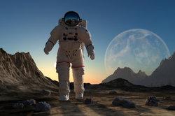 Ein Astronauten-Kostüm passt zum Thema Weltall.