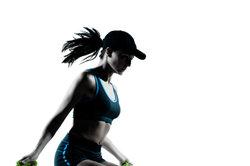 Seilspringen kann die Beine gezielt trainieren.