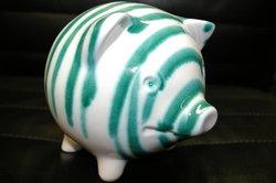 Das Sparschwein mit Gehalt füllen.