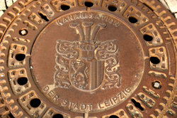Das Leipziger Wappen ist sogar auf Gullideckeln zu sehen.